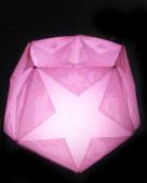 星の光 <杉永祐子> 画用紙で作った正方形10枚を正五角形の形に繋げ12面体にしてなかに光を入れると星型が浮かび上がりました。